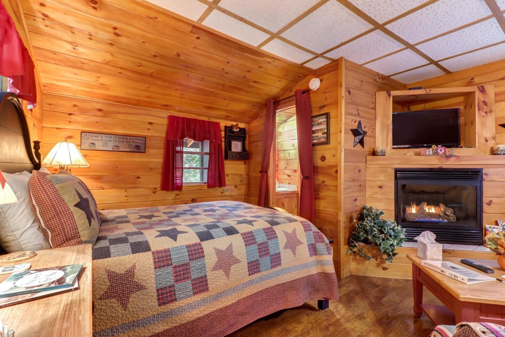 Photo of a Pigeon Forge Cabin named The Bear Tree - This is the nineteenth photo in the set.