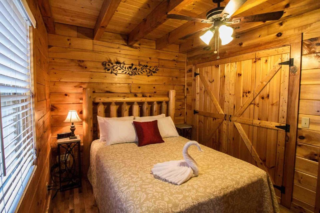 Photo of a Pigeon Forge Cabin named Kick Back Shack - This is the thirteenth photo in the set.