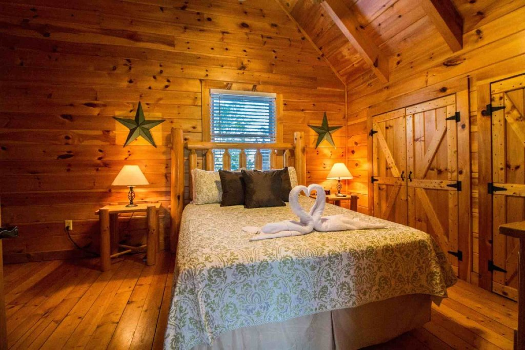 Photo of a Pigeon Forge Cabin named Kick Back Shack - This is the second photo in the set.