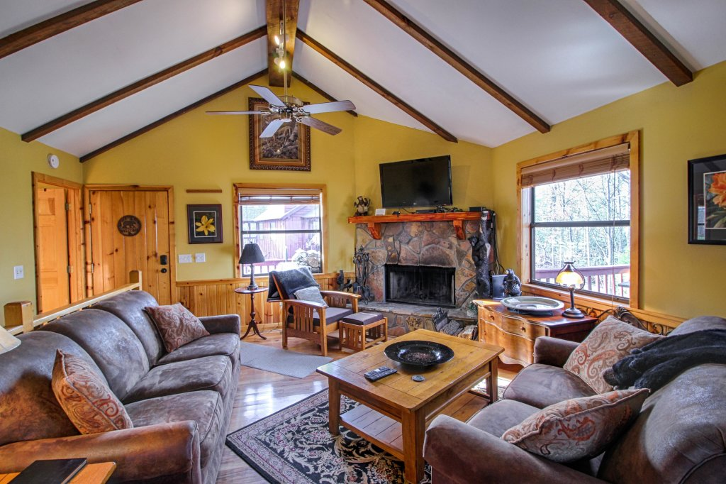 Photo of a Sevierville Cabin named Arthur's Retreat Cabin - This is the second photo in the set.