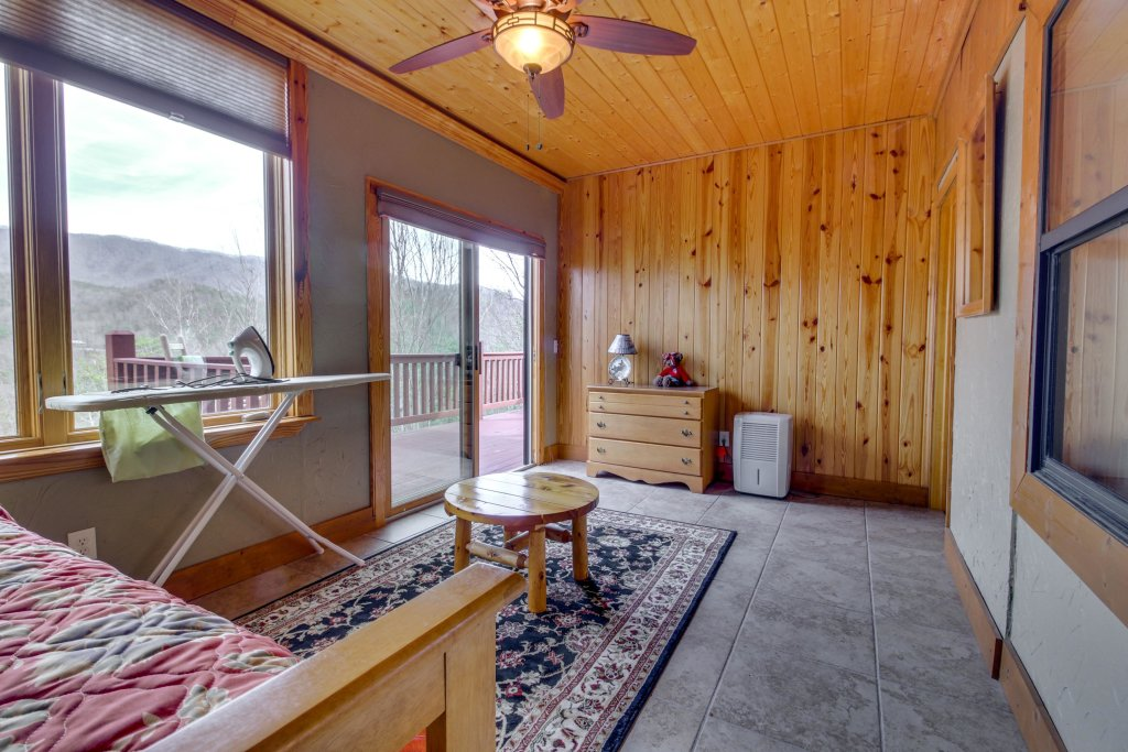 Photo of a Sevierville Cabin named Arthur's Retreat Cabin - This is the forty-first photo in the set.