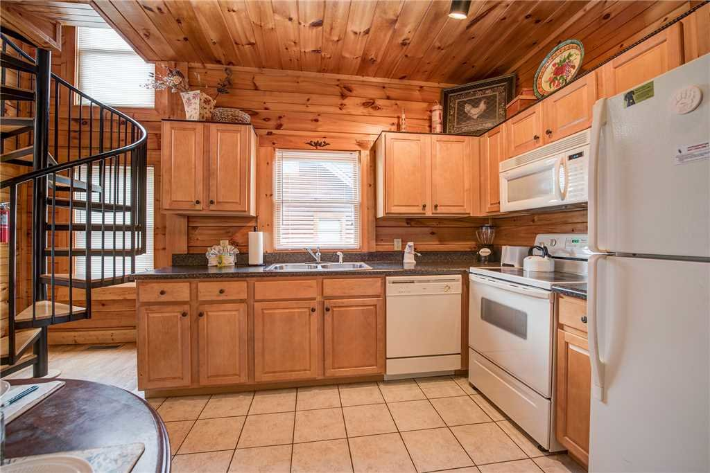 Photo of a Pigeon Forge Cabin named Bear Hyde - This is the eighth photo in the set.