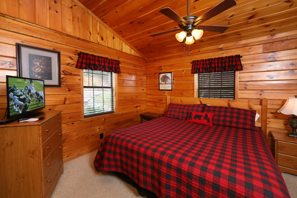 Photo of a Pigeon Forge Cabin named Just Hanging Out - This is the thirteenth photo in the set.