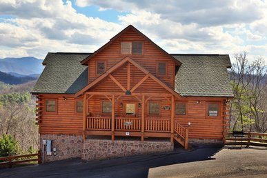 This Luxurious Six Bedroom Tennessee Lodge That Comfortably Sleeps 18.