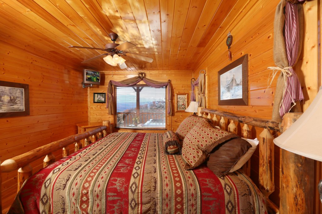 Photo of a Pigeon Forge Cabin named Howling Wolf - This is the twelfth photo in the set.
