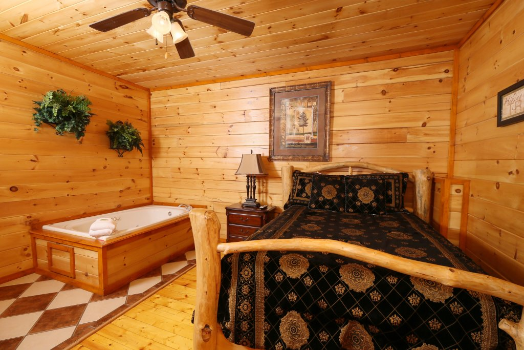 Photo of a Pigeon Forge Cabin named Family Valley Lodge - This is the twenty-fifth photo in the set.
