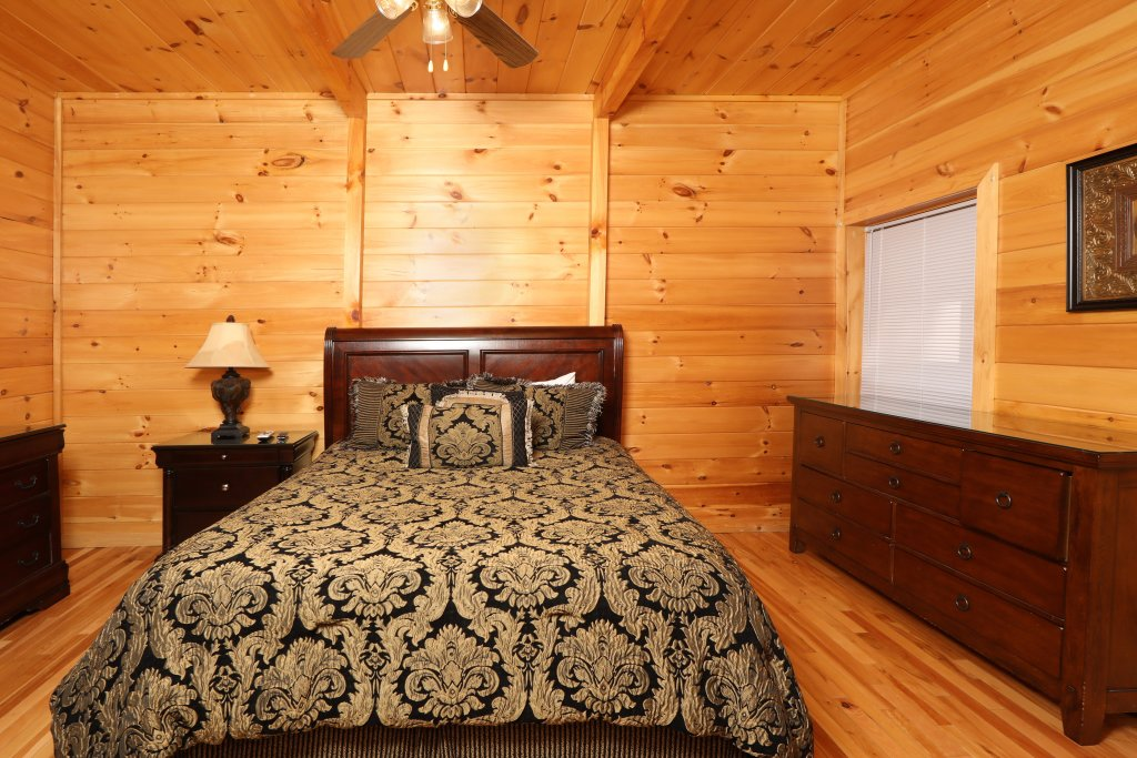 Photo of a Sevierville Cabin named Majestic Mountain Pool Lodge - This is the thirty-fourth photo in the set.