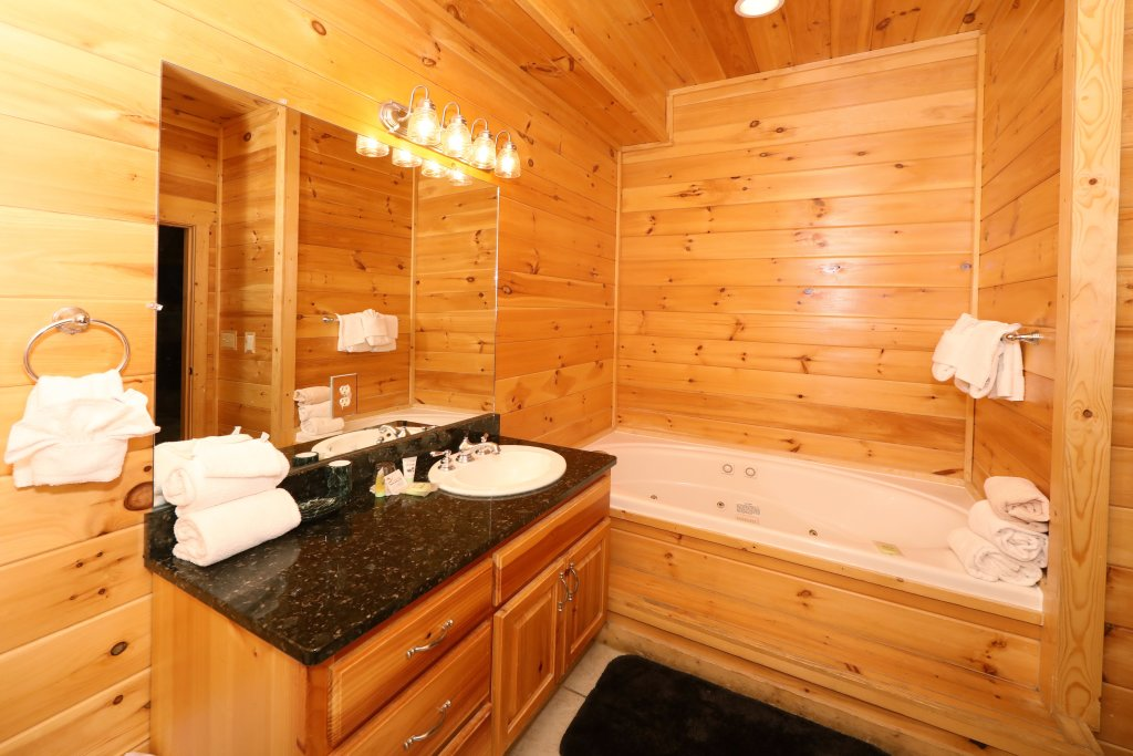 Photo of a Sevierville Cabin named Majestic Mountain Pool Lodge - This is the twenty-eighth photo in the set.