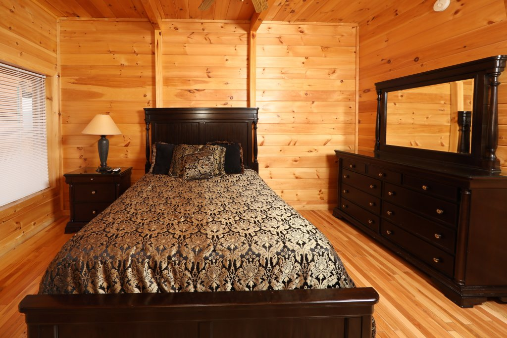 Photo of a Sevierville Cabin named Majestic Mountain Pool Lodge - This is the thirty-fifth photo in the set.