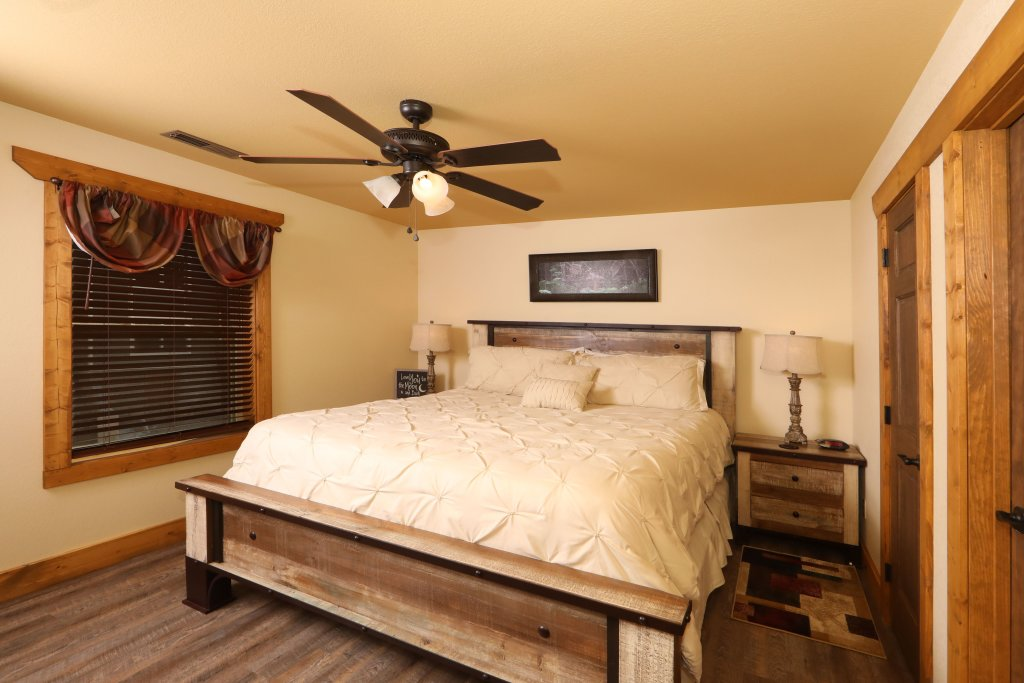 Photo of a Gatlinburg Cabin named Splash Mansion - This is the nineteenth photo in the set.