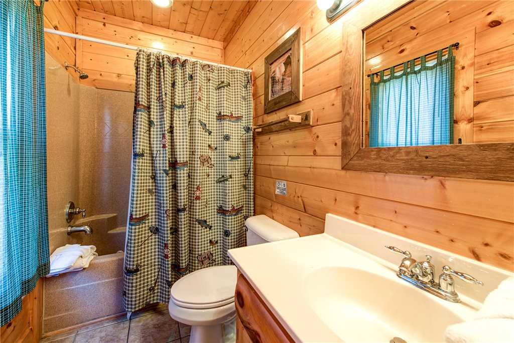 Photo of a Pigeon Forge Cabin named Water's Edge Retreat - This is the twenty-fourth photo in the set.