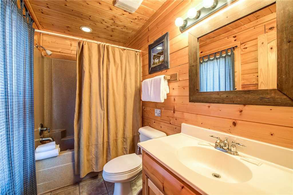 Photo of a Pigeon Forge Cabin named Water's Edge Retreat - This is the twenty-seventh photo in the set.