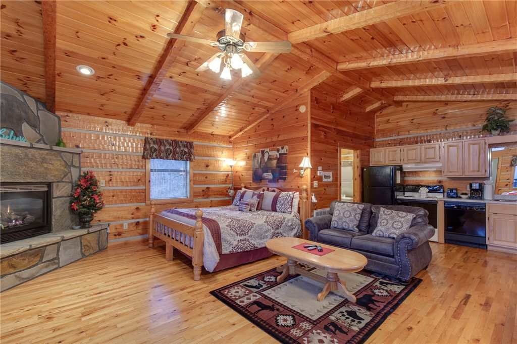 Photo of a Gatlinburg Cabin named Cuddle Bear - This is the second photo in the set.