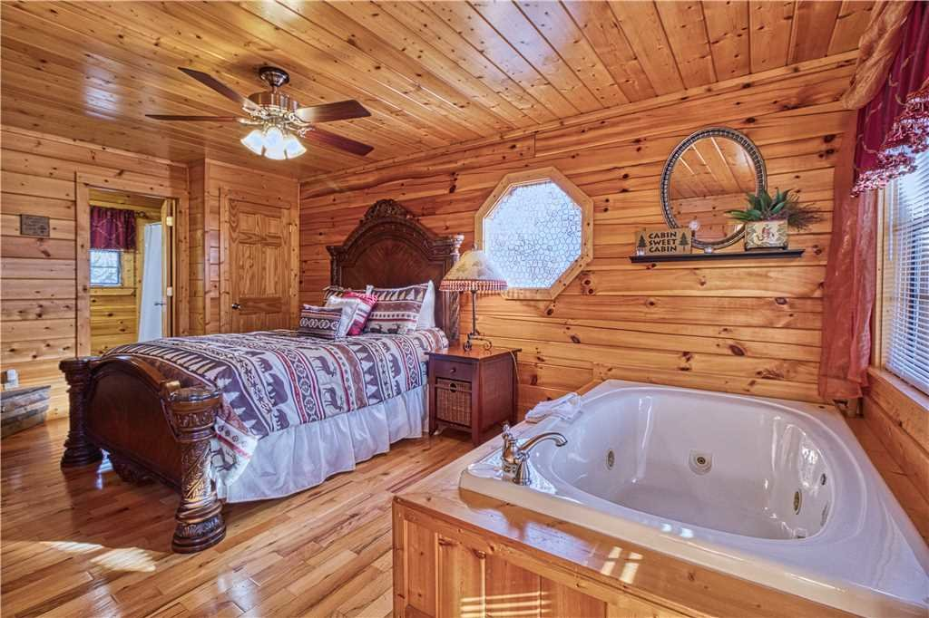 Photo of a Sevierville Cabin named Kissing Retreat - This is the sixteenth photo in the set.