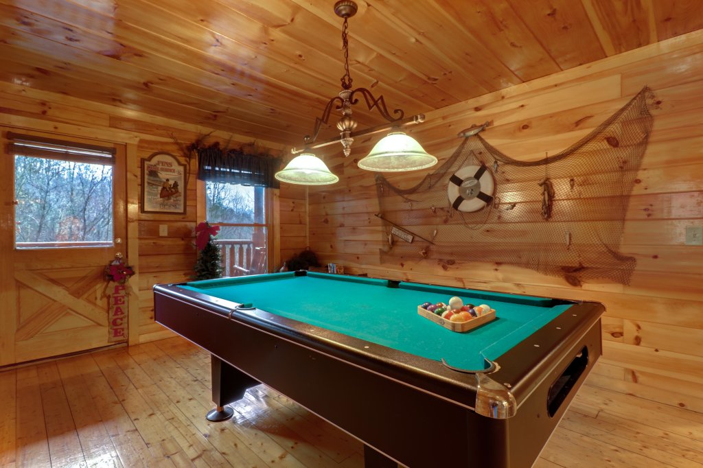 Photo of a Gatlinburg Cabin named Hillybill's Hideout - This is the third photo in the set.
