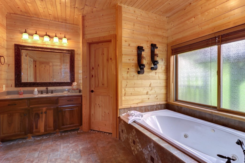 Photo of a Sevierville Cabin named Bear Valley Lodge - This is the twelfth photo in the set.