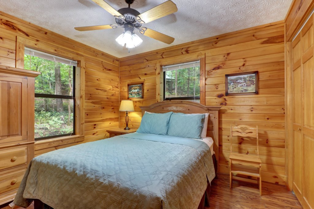 Photo of a Sevierville Cabin named Friendly Bear Cabin - This is the twenty-fourth photo in the set.
