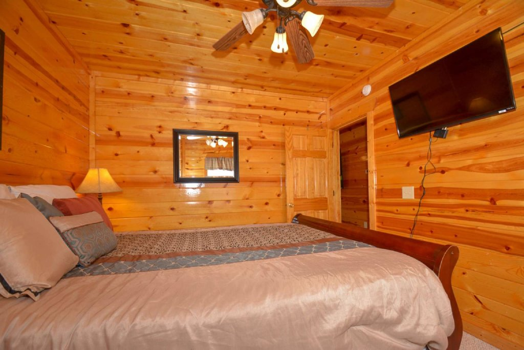 Photo of a Pigeon Forge Cabin named Bearadise - This is the twenty-fourth photo in the set.