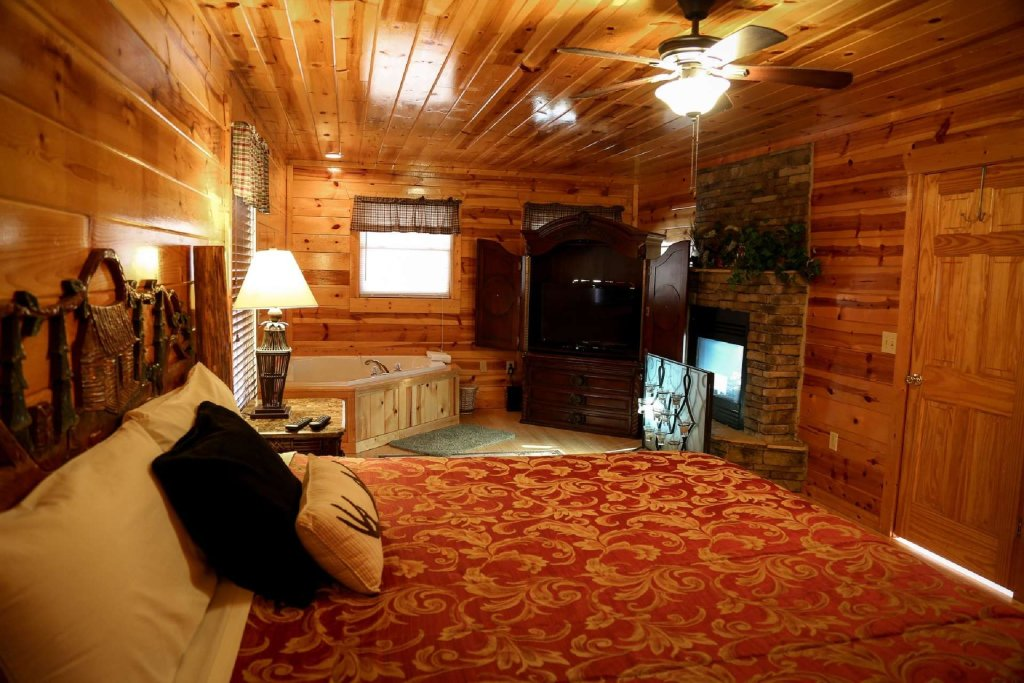 Photo of a Pigeon Forge Cabin named Bearadise - This is the second photo in the set.