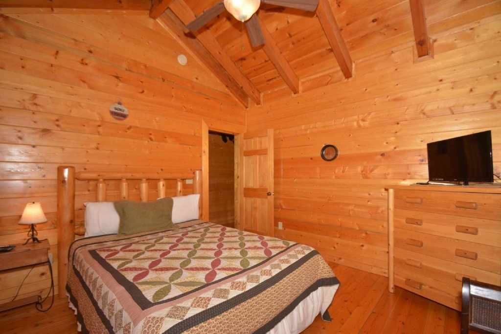 Photo of a Pigeon Forge Cabin named Kozy Lodge - This is the fourteenth photo in the set.