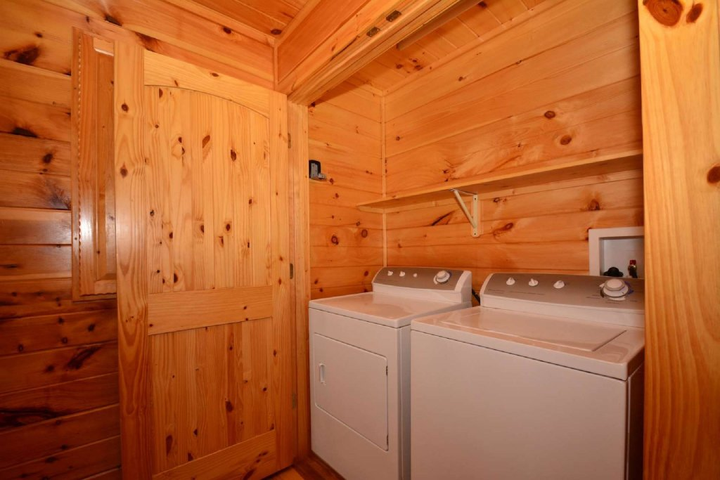 Photo of a Gatlinburg Cabin named Lakeside And Lovin It - This is the twentieth photo in the set.