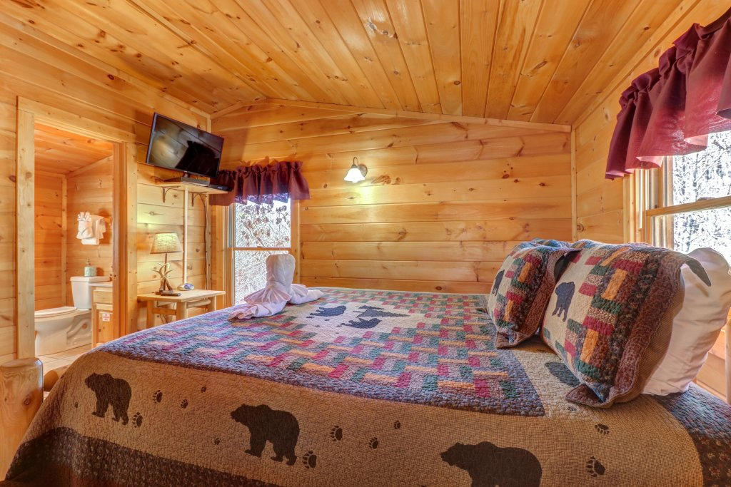 Photo of a Pigeon Forge Cabin named Thunder Bear Hideaway - This is the fourteenth photo in the set.