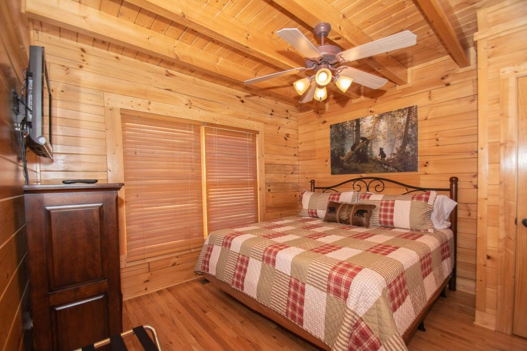 Photo of a Pigeon Forge Cabin named Mountain Creek Lodge - This is the seventeenth photo in the set.