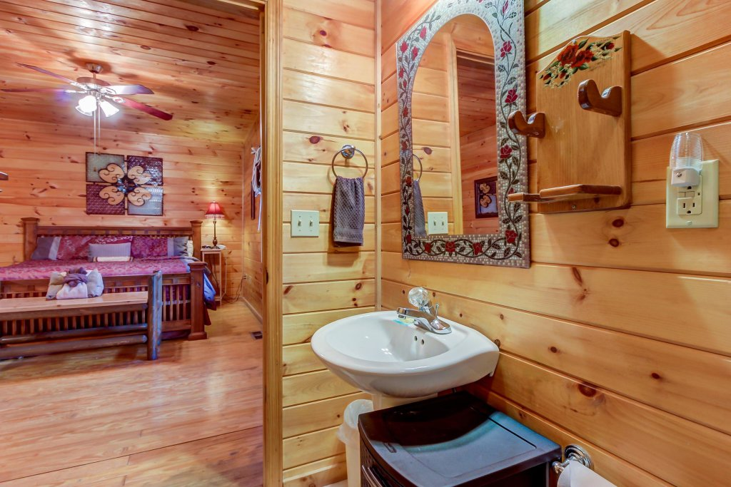 Photo of a Pigeon Forge Cabin named Dixie Delight Cabin - This is the thirtieth photo in the set.