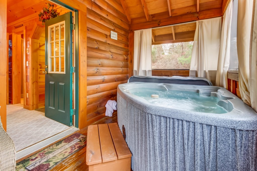 Photo of a Pigeon Forge Cabin named Arrowhead Log Cabin Resort: Moonlight Romance Cabin - This is the twenty-second photo in the set.