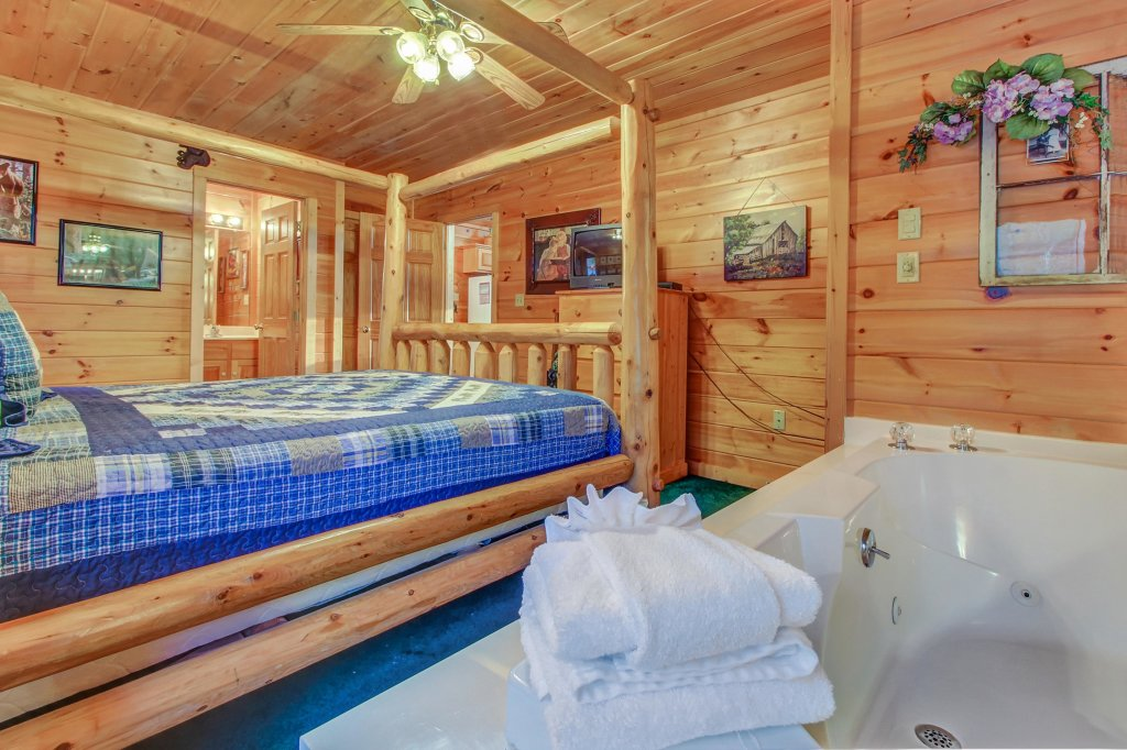 Photo of a Pigeon Forge Cabin named Running Bear Cabin - This is the seventeenth photo in the set.