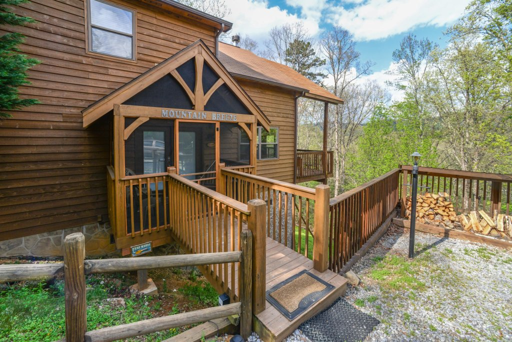 Photo of a Sevierville Cabin named Mountain Breeze Cabin - This is the second photo in the set.