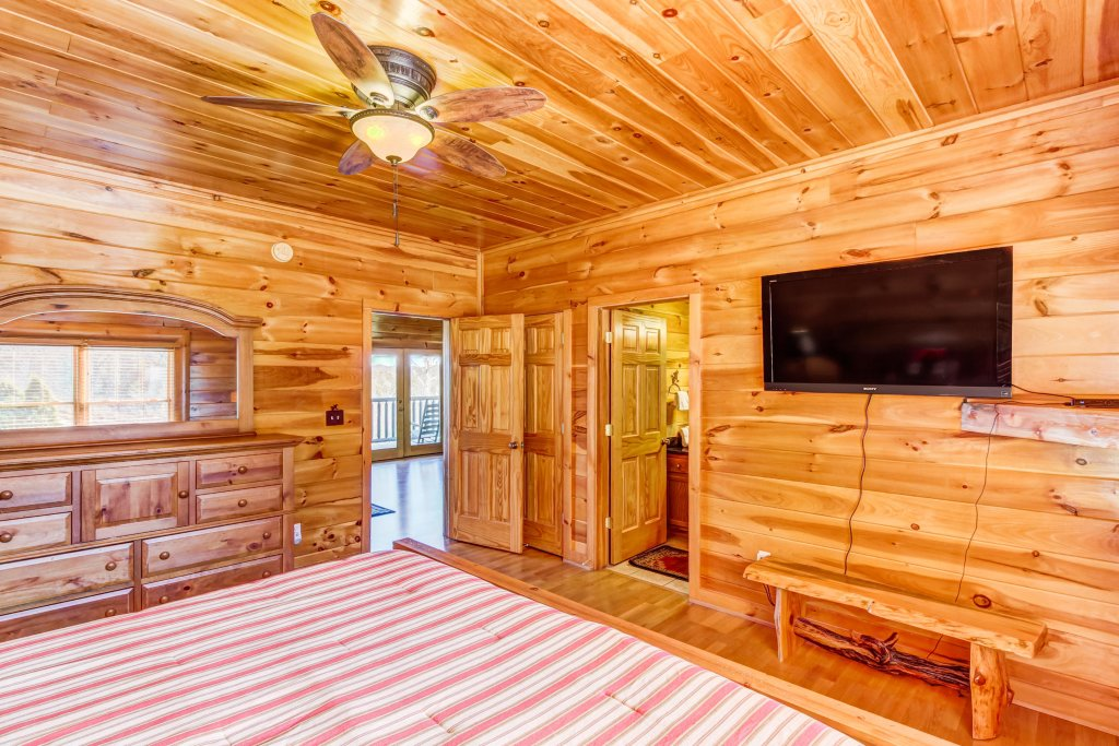 Photo of a Sevierville Cabin named Serenity's View Cabin - This is the thirty-eighth photo in the set.