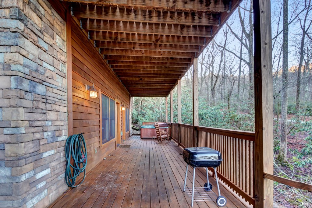 Photo of a Sevierville Cabin named Mama Bear Creek Bridge Cabin - This is the twenty-fifth photo in the set.