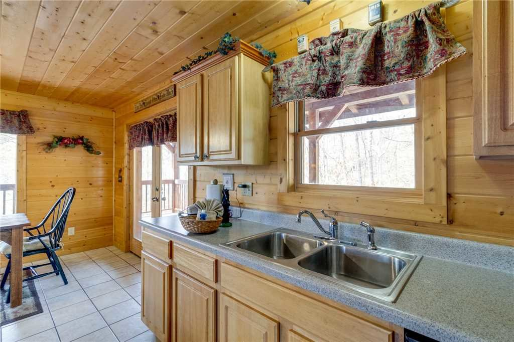 Photo of a Sevierville Cabin named Majestic Hideaway - This is the fourteenth photo in the set.