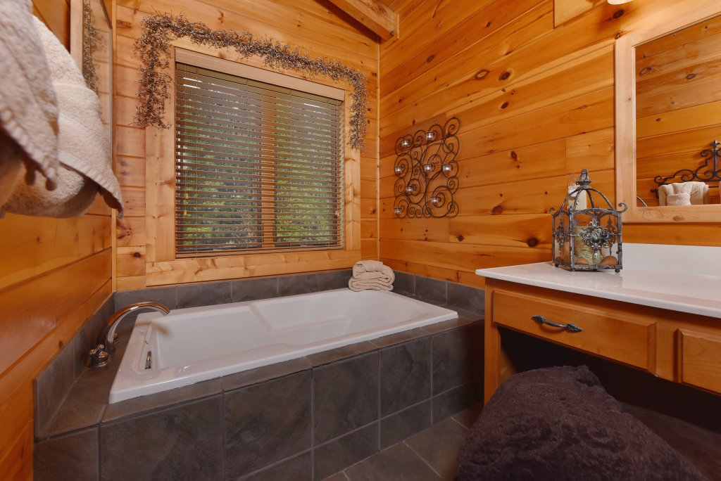 Photo of a Pigeon Forge Cabin named Mountain Splendor - This is the thirty-sixth photo in the set.