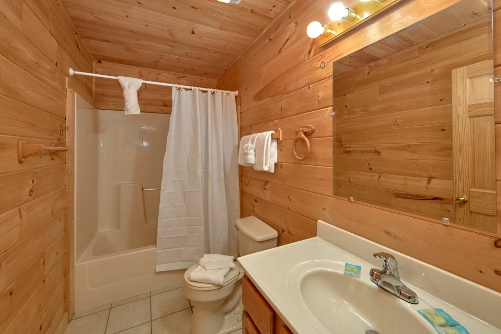 Photo of a Sevierville Cabin named Big Pine Lodge - This is the thirty-eighth photo in the set.