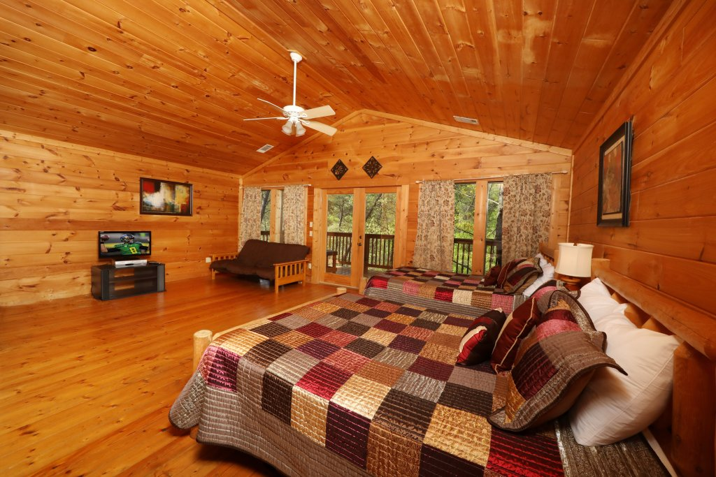 Photo of a Pigeon Forge Cabin named Big Pine Lodge - This is the twenty-seventh photo in the set.
