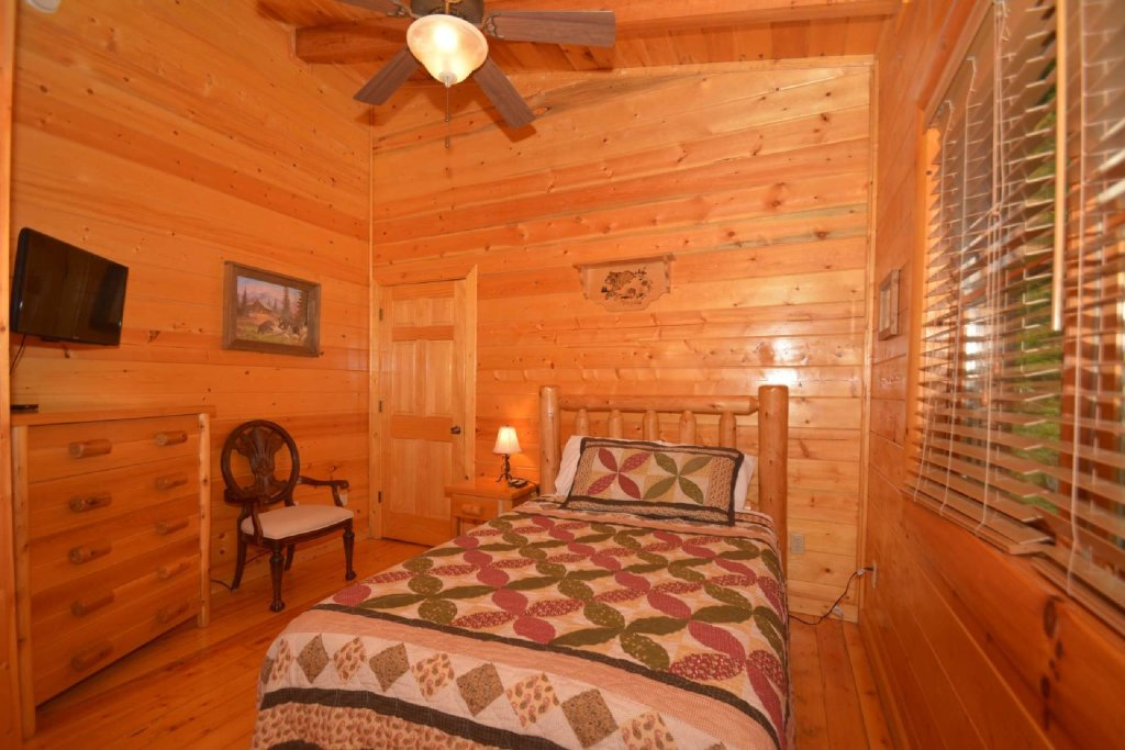 Photo of a Sevierville Cabin named Kozy Lodge - This is the eighteenth photo in the set.