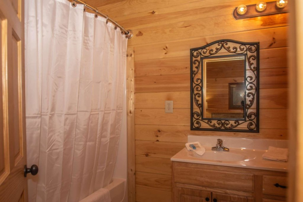 Photo of a Sevierville Cabin named Mountain Creek Lodge - This is the twenty-sixth photo in the set.