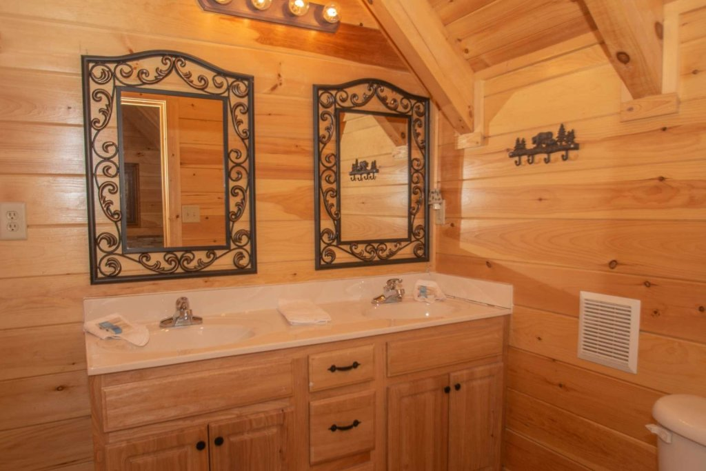Photo of a Sevierville Cabin named Mountain Creek Lodge - This is the twenty-ninth photo in the set.