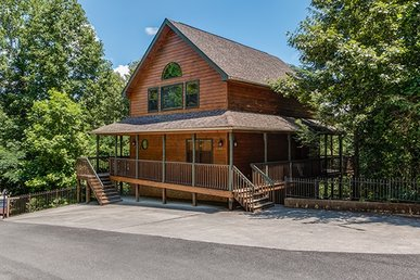 4 Bedroom, 3 Bath Deluxe Cabin For 10 Just A Stone's Throw From The Parkway.