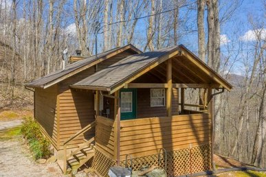 Very Secluded, Charming Studio Cabin With Wood Burning Fireplace & Hot Tub.