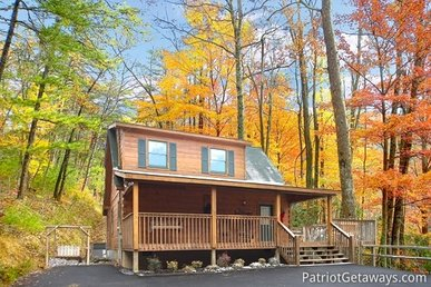 2 Bedroom, 2 Bath Deluxe Cabin For 10 With A Screened In Porch And A Hot Tub.