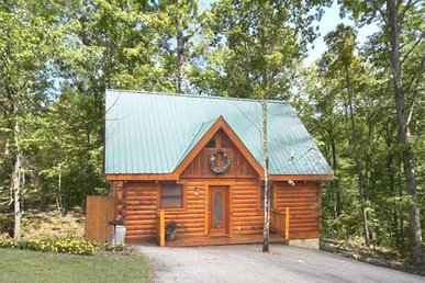 1 Bedroom, 1 Bath Luxury Cabin For 6 With A Covered Porch And A Hot Tub.
