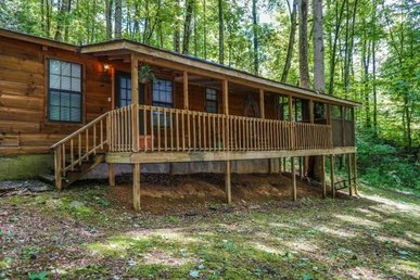 2 Bedroom, 1 Bath Economy Cabin With A Screened In Porch And Hot Tub.