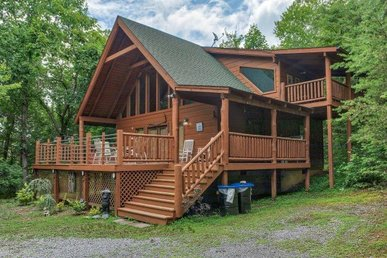 1 Bedroom, 2 Bath, Very Secluded Cabin With A Mountain View And A Pool Table.