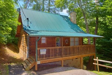 1 Bedroom, 1 Bath Deluxe Cabin For 4 With Gas Fireplace, Jacuzzi, & A Hot Tub.