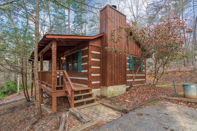 1 Bedroom, 1 Bath, Romantic Value Cabin For 3 With A Hot Tub. Easy To Access!