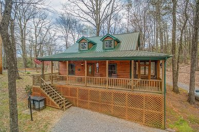 3 Bedroom, 2 Bath, Semi-secluded Deluxe Cabin With A Pool Table And Hot Tub.