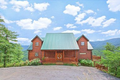3 Bedroom, 3.5 Bath Luxury Plus Cabin For 10 With Incredible Mountain Views.